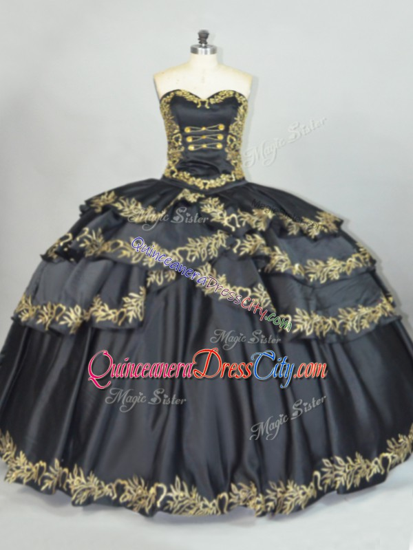 black and gold quinceanera dress,black quinceanera dress,satin fabric quinceanera dress,black mexican style quinceanera dress,pretty mexican quinceanera dress,gold and black quinceanera dress,cheap mexican embroidery style quinceanera dress,sweetheart neckline quinceanera dress,