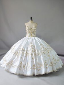 Customized Sweetheart White Satin 15 Dress for Quinceanera with Gold Embroidery